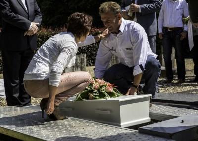 Een kindje wordt begraven