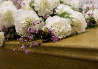 Bloemen op de kist